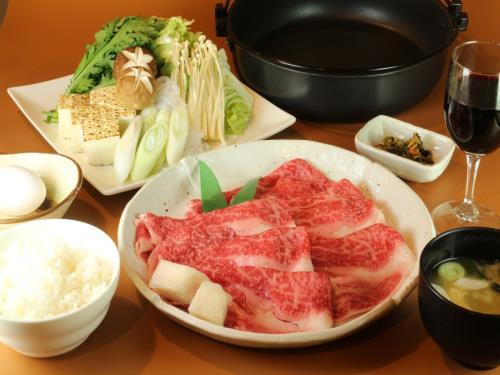 【とろける食感】日本の四大和牛!米沢牛すき焼きコース(2食付)温泉+駅近!駐車場無料+Wi-Fi完備 画像