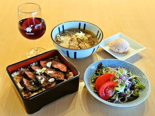 【夏季限定】人気のハラミのステーキ重と山形名物冷たい肉そばにワンドリンクとデザート付き得々プラン 画像