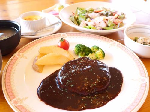 【花巻産の食材を楽しむ】 白金豚ハンバーグとほろほろ鳥のシーザーサラダセット 画像