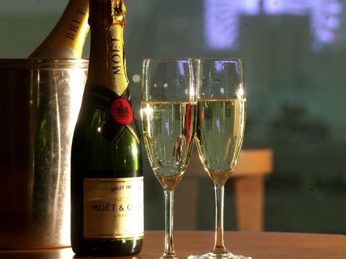 Go to キャンペーンにおすすめ!シャンパンと高層階客室で贅沢なひと時を。