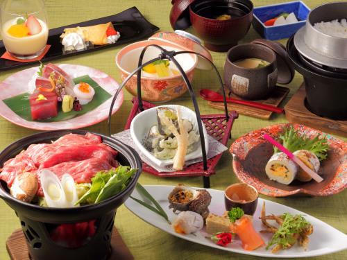三重県を代表する「松阪牛」を使ったすき焼風鍋が付いた会席料理をお楽しみください