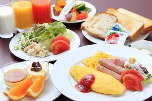 地産の食材を取り入れた手作り朝食を、明るい店内でお召し上がりください。